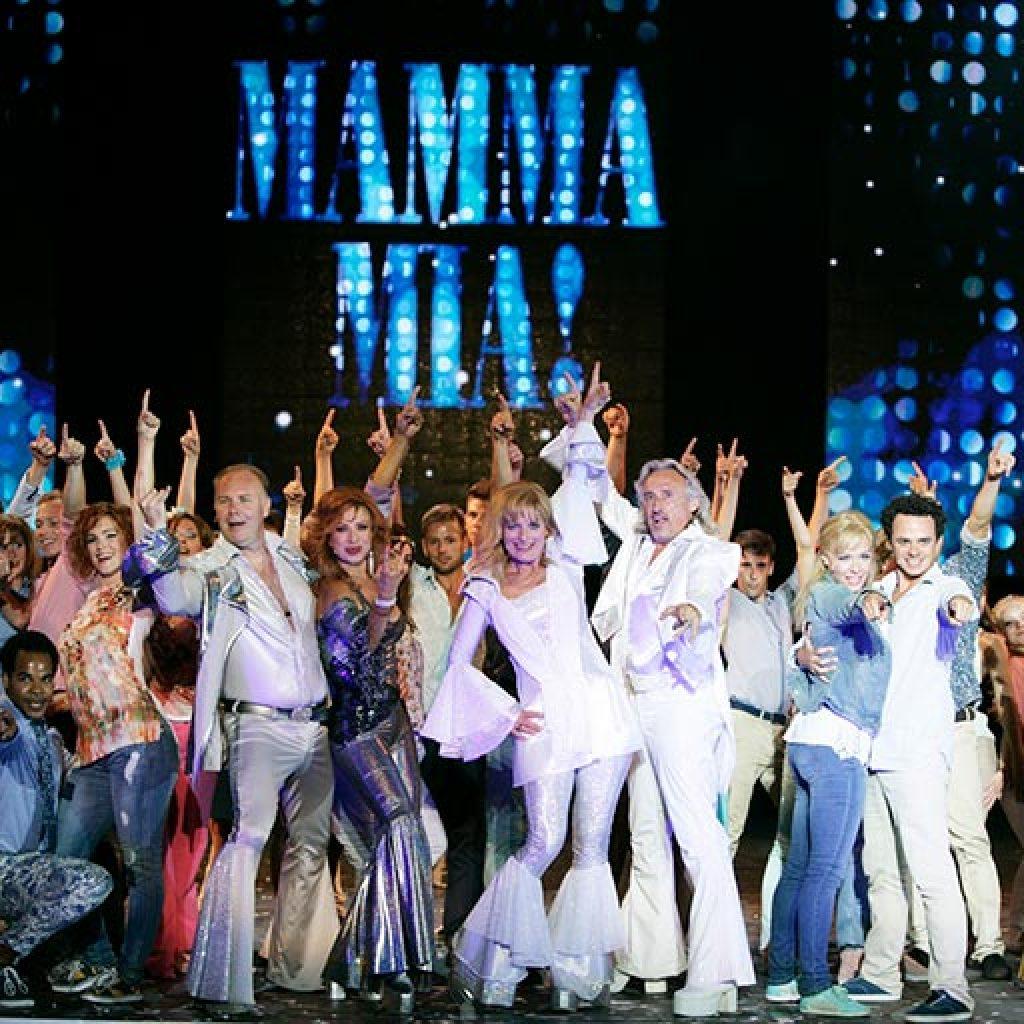 Mamma Mia musical társulata a színpadon
